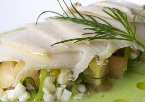 Abalón escalopado y su salpicón al cilantro sobre una sopa fría de judías verdes