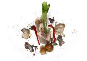 Atún semicocido, con sesamo, ostras, anchoas y bulbo de hinojo