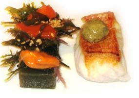 Cabracho con ensalada de mar, sésamo y erizos