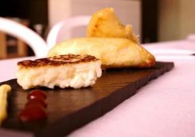 Chipirones rellenos de manos de ternera fritos en tempura con arroz a la plancha y mahonesa de curry