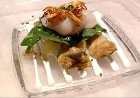 Ensalada de vieiras marinadas con alcachofas crocantes y crema de alioli