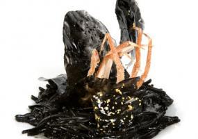 Fideos negros con sepieta y alioli de tinta