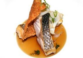 Lubina asada con jugo, corteza y tallarines de calamar