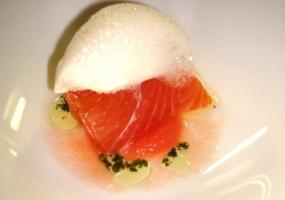 Salmón Marinado con Gelee de tomate y helado de cebreiro