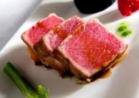 Ventresca de atún toro al ajillo con brevas caramelizadas