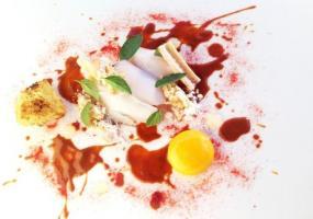 Merluza en semisalazón cocinada en horno de brasas. Curry rojo de albahaca y pimiento de la Vera
