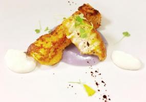 Cazón en adobo, patata violeta y mahonesa de lima