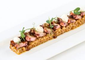 Carpaccio de pulpo ibérico, su risotto y espumoso de gamba roja