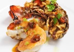 Lomos de salmonetes en camisa de jabugo con puré de boniato, jengibre y crujiente de tinta de calamar
