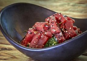 Tacos de atún rojo con alga wakame