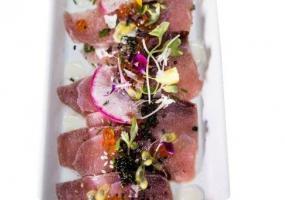 Tiradito de pez limón con huevas de salmón y maracuya