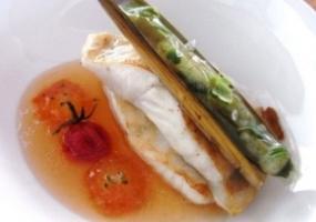 Rodaballo con navaja  a la plancha, velo de ajo y perejil y las texturas del tomate