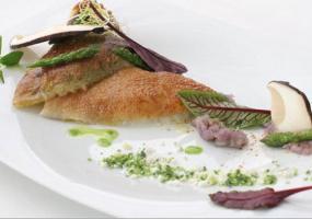 Rodaballo con patata violeta machaca, cous-cous vegetal y hongo laminado