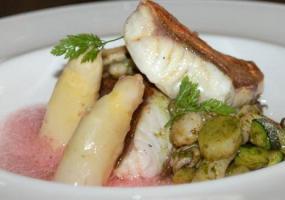 Rubio guisado en alga dulce con salteado de navajas, chipirones y esparragos blancos frescos de temporada
