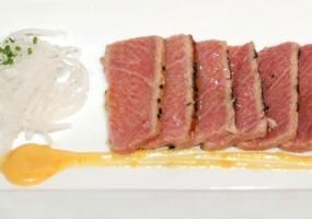 Sashimi de ventresca de atún con miso y daicón