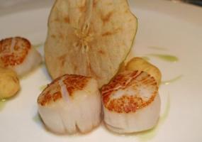 Vieiras salteadas con manzana verde y coliflor
